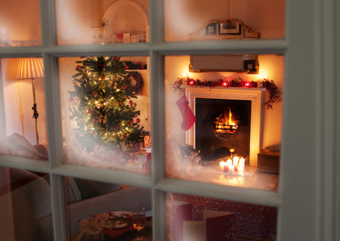 Christmas「Christmas tree in living room behind window」:スマホ壁紙(10)
