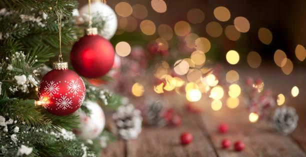 Christmas Tree, Ornaments and Defocused Lights Background:スマホ壁紙(壁紙.com)