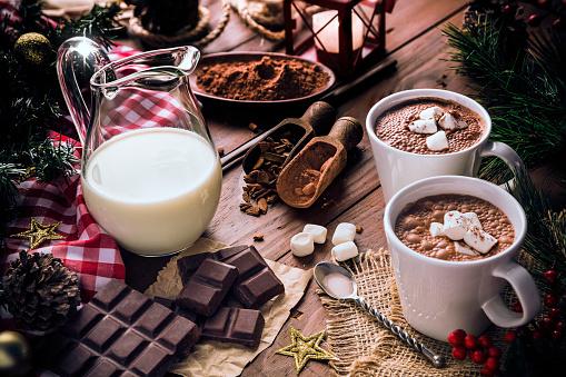 Venezuela「Christmas table setup with homemade two chocolate mug with marshmallows and candlelight lamp」:スマホ壁紙(11)