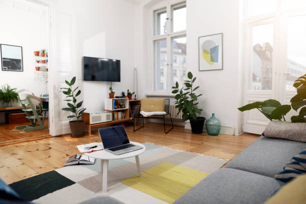 Laptop on a coffee table in a modernly furnished flat:スマホ壁紙(壁紙.com)