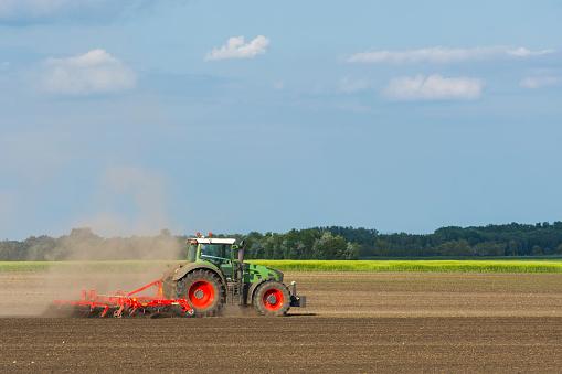 Plowed Field「Tractor on the field」:スマホ壁紙(18)