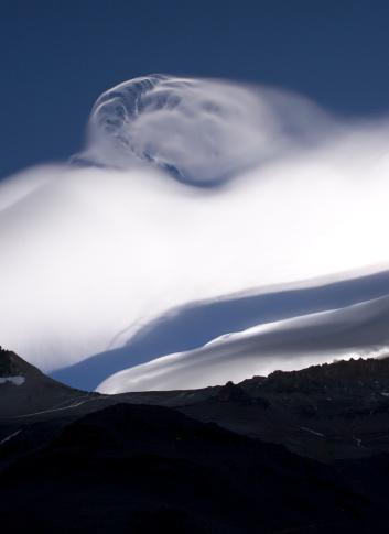 アコンカグア山「An unusual cloud formation near the summit of Aconcagua, indicating high winds.」:スマホ壁紙(9)
