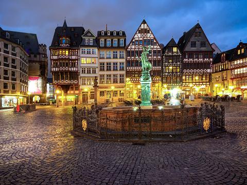 Female Likeness「Germany, Hesse, Frankfurt, Roemerberg, Fountain of Justice at dusk」:スマホ壁紙(14)