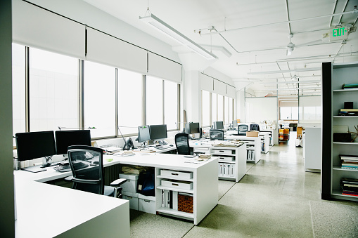 空「Workstations in empty office」:スマホ壁紙(1)
