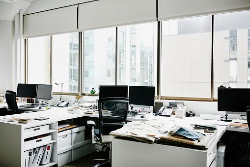 Business Strategy「Workstations in empty office」:スマホ壁紙(9)