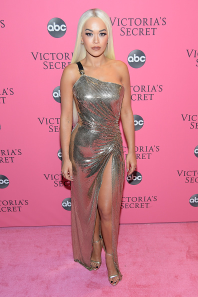 Metallic Dress「2018 Victoria's Secret Fashion Show - Arrivals」:写真・画像(11)[壁紙.com]