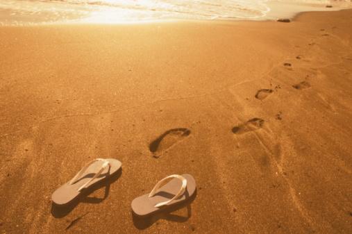 Flip-Flop「Footprints and Beach Shoe on Beach」:スマホ壁紙(2)
