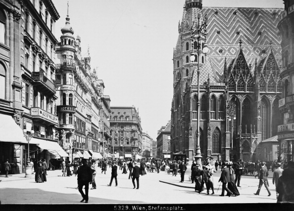 Square - Composition「Vienna 1: Stephansplatz. About 1900. Photograph By Bruno Reiffenstein (No. 5329).」:写真・画像(2)[壁紙.com]