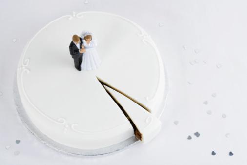Female Likeness「Bride and groom topper on wedding cake」:スマホ壁紙(8)