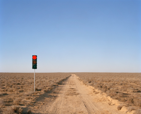 Remote Location「Red traffic light on desert road」:スマホ壁紙(18)