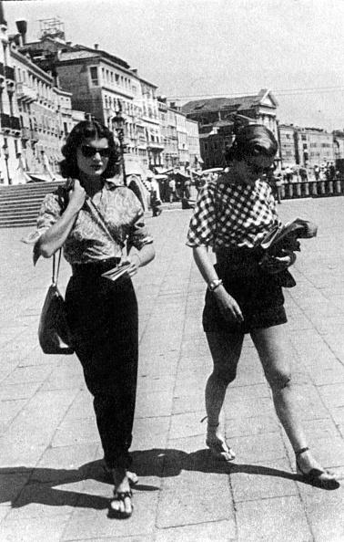 Purse「Jacqueline Bouvier (future Jackie Kennedy) and her sister Caroline Lee Bouvier (Lee Radziwill) in Venice, 1951」:写真・画像(6)[壁紙.com]