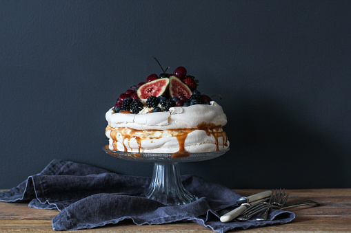 Dessert「Pavlova decorated with berries on a cake stand」:スマホ壁紙(3)