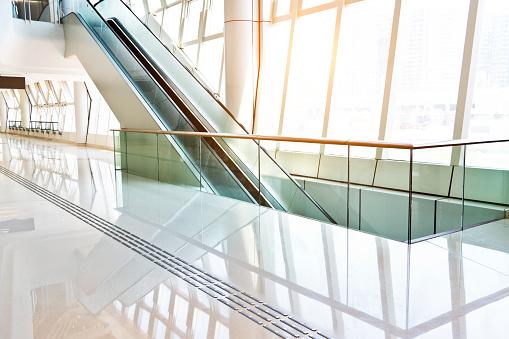 Airport Terminal「Escalator on modern office building」:スマホ壁紙(7)