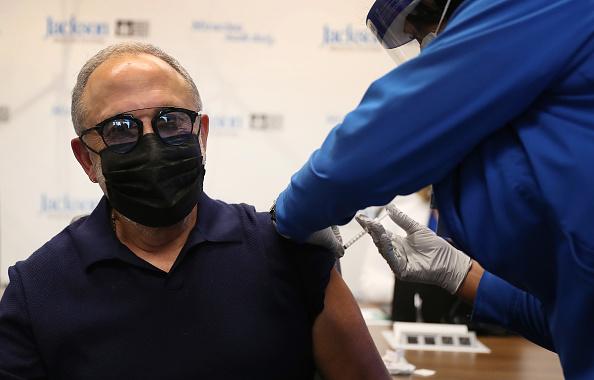 Receiving「Senior Citizens Receive Covid-19 Vaccinations In Florida」:写真・画像(11)[壁紙.com]