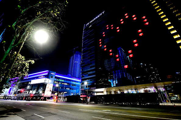 Marriott International「Landmarks And Stadiums Across The Country Illuminated In Blue To Honor Essential Workers」:写真・画像(3)[壁紙.com]