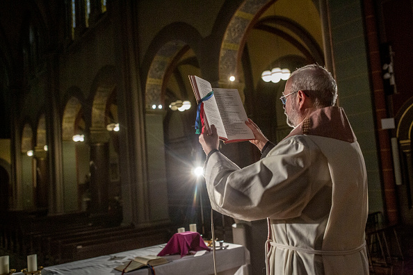 Priest「Churches Turn To Livestreaming To Serve Congregations During Coronavirus Crisis」:写真・画像(19)[壁紙.com]
