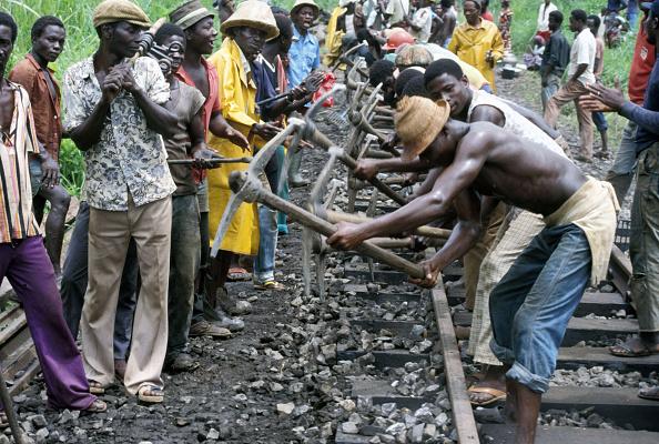 Effort「Track volunteers undertaking re habitation work on Ghana Railways one mile south of Tarkwa station on Saturday 8 June 1985.」:写真・画像(13)[壁紙.com]