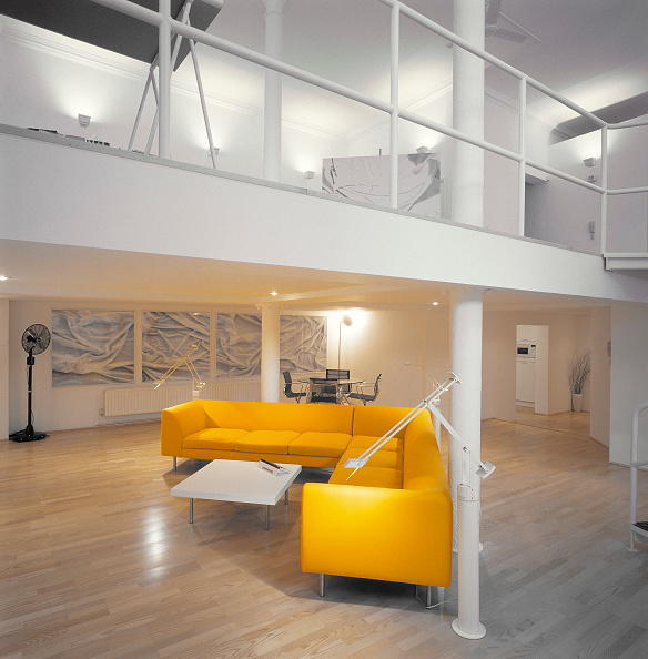 Open Plan「Lounge area of modern open plan split-level apartment in converted public house. Old Kent Road, London, United Kingdom.」:写真・画像(14)[壁紙.com]