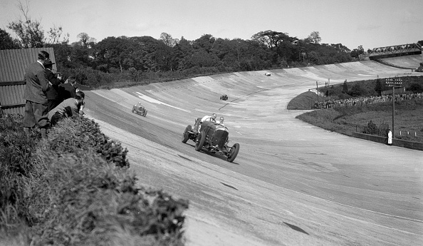 Curve「Eddie Hall's Bentley leading a Bugatti on the banking at Brooklands」:写真・画像(8)[壁紙.com]
