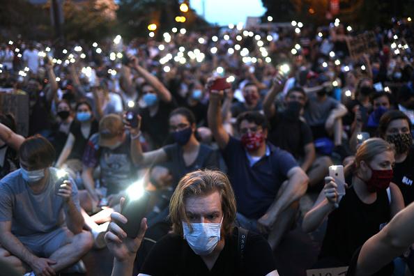 平穏「Protesters Demonstrate In D.C. Against Death Of George Floyd By Police Officer In Minneapolis」:写真・画像(16)[壁紙.com]
