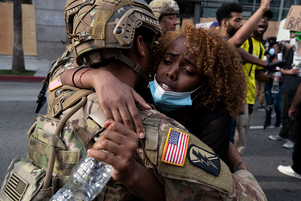 Two People「National Guard Called In As Protests And Unrest Erupt Across Los Angeles Causing Widespread Damage」:写真・画像(9)[壁紙.com]