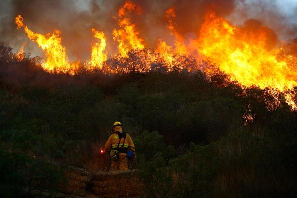 Flame「Santa Ana Winds Stoke Wildfires In Southern California」:写真・画像(15)[壁紙.com]