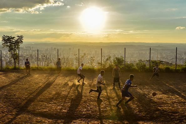 Playing「A Typical Sunday at Favela Aglomerado da Serra Amidst the Coronavirus (COVID - 19) Pandemic」:写真・画像(9)[壁紙.com]
