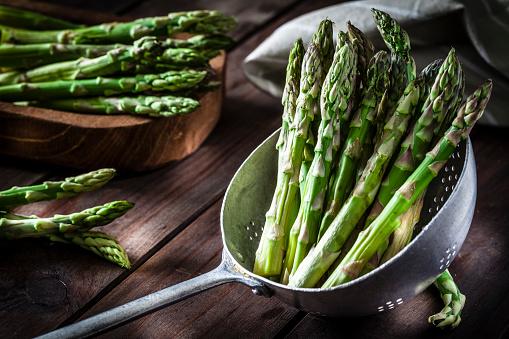 Asparagus「Fresh asparagus in an old metal colander」:スマホ壁紙(5)
