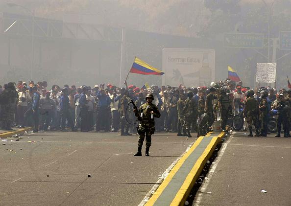 Problems「Venezuelan Soldier Tries To Control Rioters In Venezuela」:写真・画像(6)[壁紙.com]