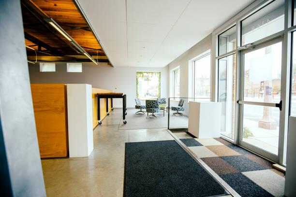 Furniture and door in empty office:スマホ壁紙(壁紙.com)