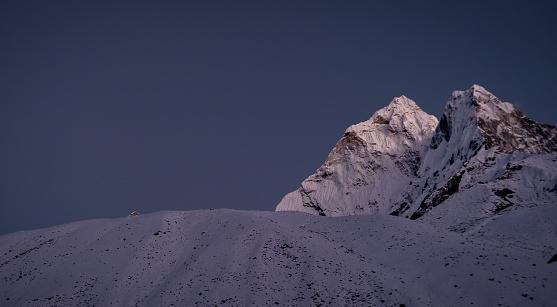 Ama Dablam「Nepal, Sagarmatha National Park, View of Ama Dablam peak at twilight」:スマホ壁紙(5)