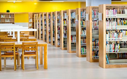 High School「Empty wooden tables in public library」:スマホ壁紙(14)