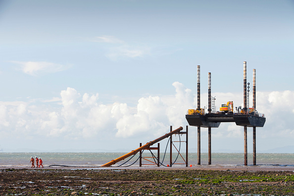 Cable「A jack up barge working on the foreshore of the Solway Firth near Workington, installing the power cable that will carry the electricity from the new Robin Rigg offshore wind farm in the Solway Firth. Robin Rigg is one of the largest wind farms in the UK」:写真・画像(17)[壁紙.com]