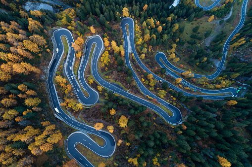 Hairpin Curve「Switzerland, Canton of Grisons, Saint Moritz, Drone view of Maloja Pass in autumn」:スマホ壁紙(11)