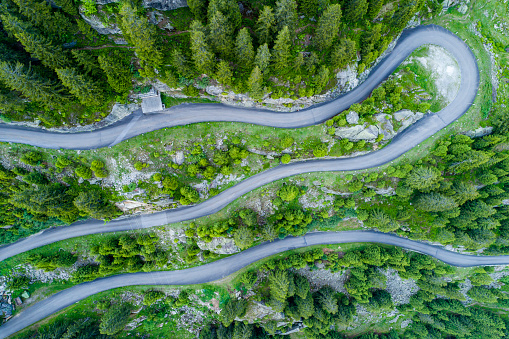 Hairpin Curve「Switzerland, Canton of Uri, Goeschenen, Goescheneralp, Aerial view of mountain pass」:スマホ壁紙(9)