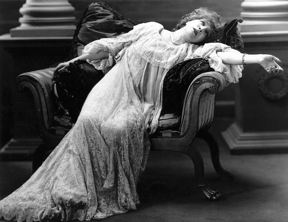 Females「Bernhardt Reclines」:写真・画像(7)[壁紙.com]
