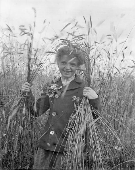 Grass Family「Girl Holding Wheat in Both Hands」:写真・画像(2)[壁紙.com]