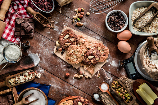Gingerbread Cookie「Chocolate and nuts cookie making on rustic table with digital food weight scale.  Christmas themes.」:スマホ壁紙(16)