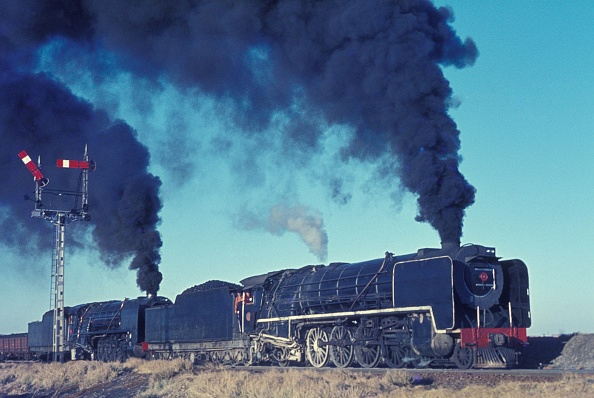 Simplicity「Giants in tandem - a brace of South African 23 Class 4-8-2 ease out of Vetrivier with a freight for Bloemfontein. Saturday 9th June 1973.」:写真・画像(13)[壁紙.com]