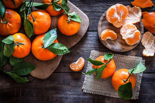 Sweet Food「Fresh organic mandarins on rustic wooden table」:スマホ壁紙(12)