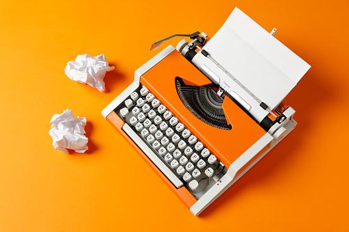 Writing「Orange 70s Typewriter with blank Page」:スマホ壁紙(9)