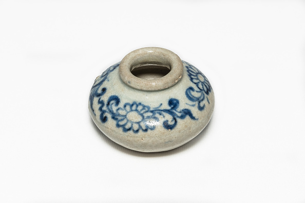 White Background「Blue And White Jarlet With Floral Decoration 14th-15th Century」:写真・画像(19)[壁紙.com]