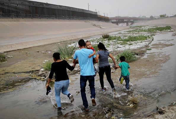 Southern USA「Swelling Numbers Of Migrants Overwhelm Southern Border Crossings」:写真・画像(2)[壁紙.com]