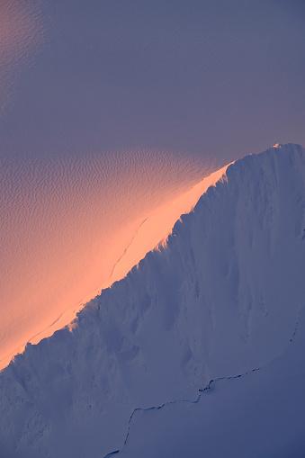コースト山脈「Sunset light on a snowy mountain ridge in Alaska」:スマホ壁紙(7)