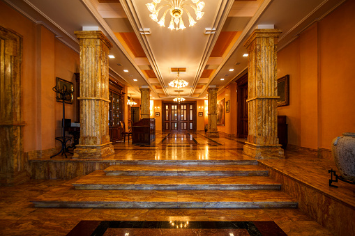 Luxury Hotel「Majestic entrance with steps and marble pillars」:スマホ壁紙(0)