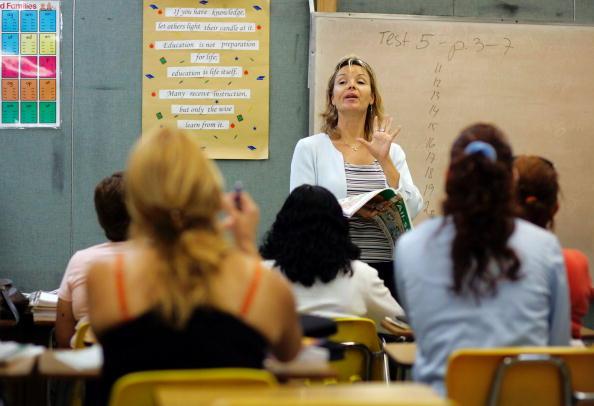 Classroom「Miami Schools Teach Adults English As A Second Language」:写真・画像(3)[壁紙.com]