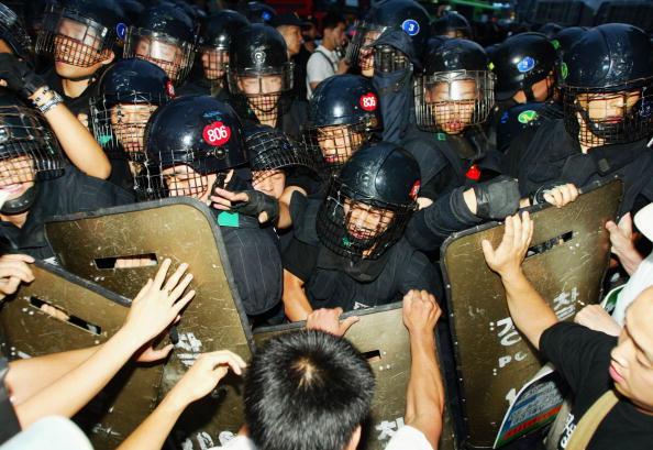 Riot Police「KOR: Anti-War Protestors Clash With Police In Seoul」:写真・画像(12)[壁紙.com]