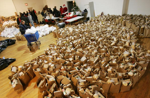 Homelessness「Group Serves Dinner And Distributes Toys To Needy Families」:写真・画像(9)[壁紙.com]