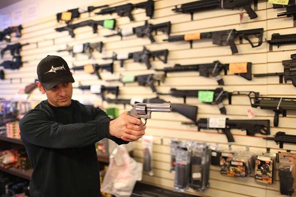 Weapon「Obama Seeks To Tighten Loopholes In Gun Purchasing Regulations」:写真・画像(7)[壁紙.com]