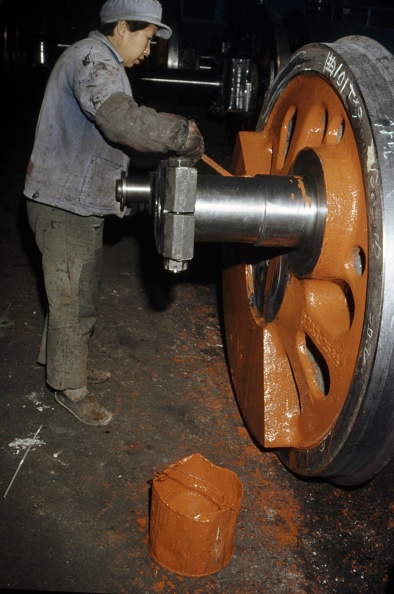 Working「Applying works primer undercoat to newly machined driving wheels at Datong Locomotive Works China.」:写真・画像(5)[壁紙.com]